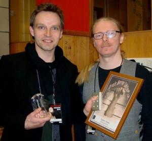 Teddy med prisen overrakt af Henrik Harksen.  Foto: Jette Holst